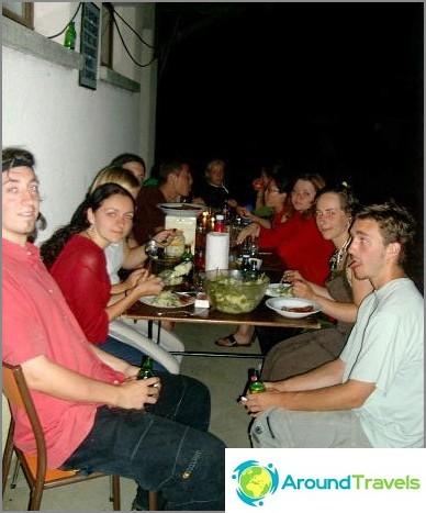 Доброволчески лагер. Вечерята на улицата е приятна традиция.