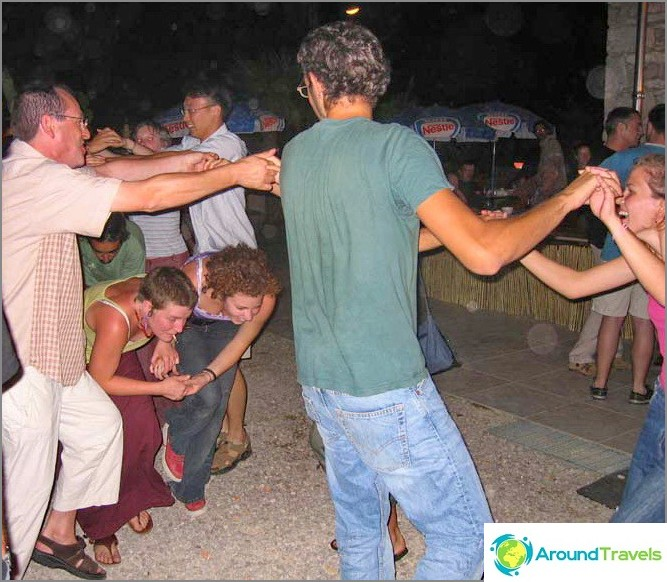 Свободно време на доброволци - танци на фолклорен фестивал.