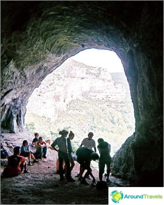 Свободно време на доброволци - подготовка за слизане от планината.