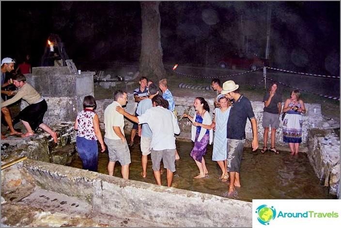 Свободното време на доброволците е празник на края на работата заедно с местните жители.