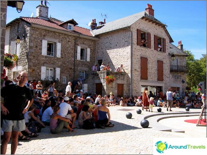 Свободно време на доброволци - екскурзия до театралния фестивал в град Марколес.