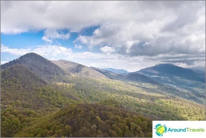 Näkymä Kaukasuksen vuorille vuorelta Kaksi veljeä. Etäisyydessä on Semiglavan vuori.