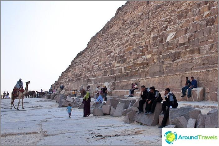 Chefren-pyramidin juurella.