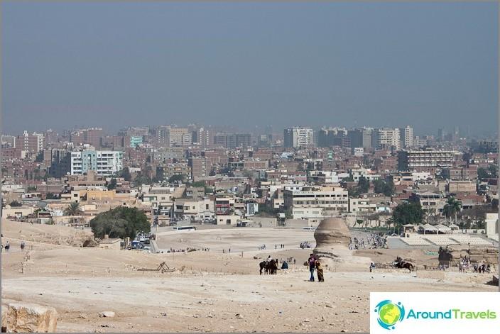 Näkymä Kairosta Gizan tasangolta.