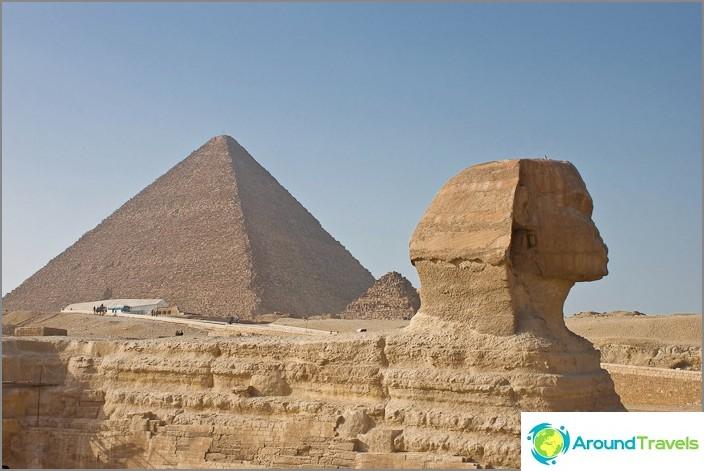 Suuri sfinksi ja Cheops-pyramidi.