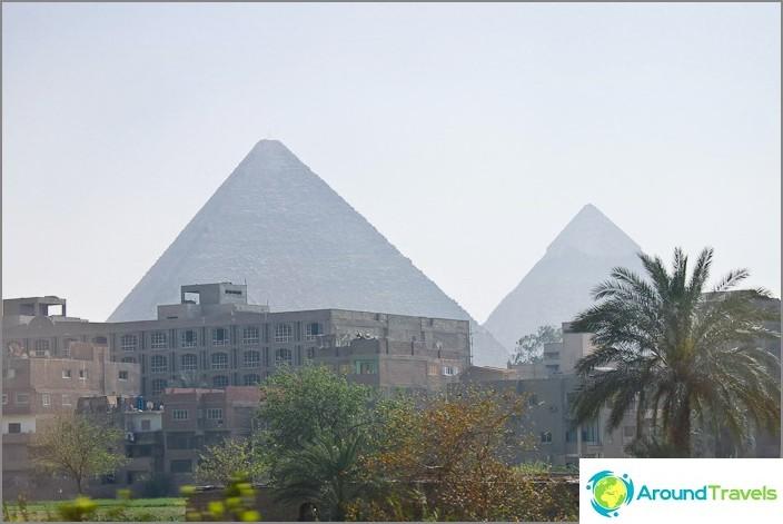 Näkymä Kairosta muinaisiin pyramidiin.