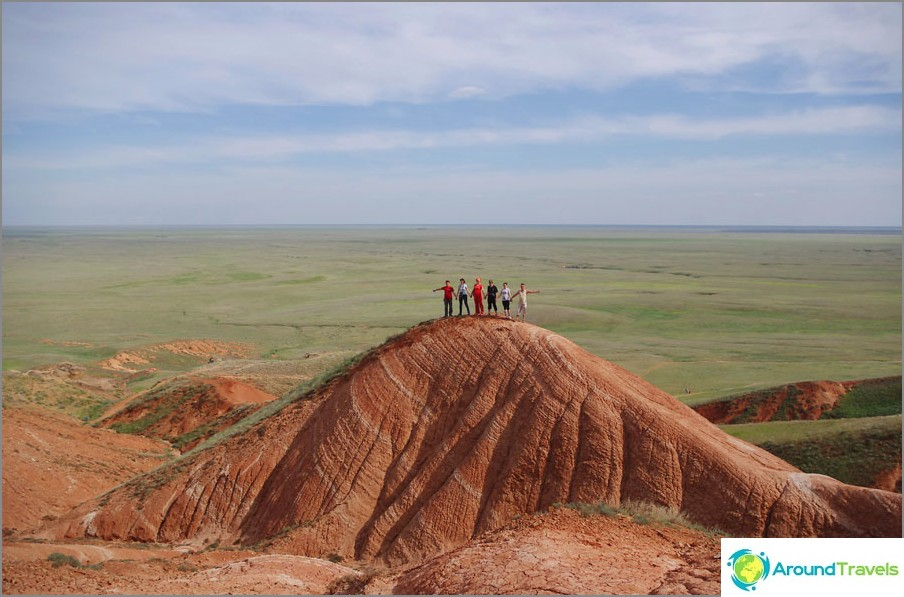 På de röda klipporna i Bogdinsko-Baskunchaksky reservatet, Astrakhan-regionen