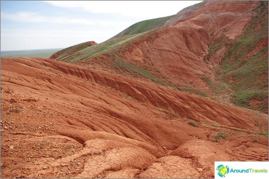 Röda stenar vid foten av berget Big Bogdo, Astrakhan-regionen