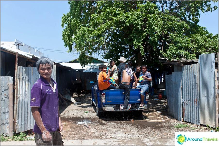 Naapurit kokoontuvat taisteluun nimeltään Songkran
