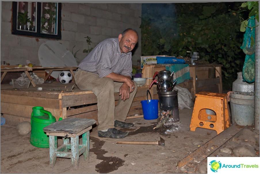 Perheen isä rakastaa juoda teetä erityisestä turkkilaisesta samovarista