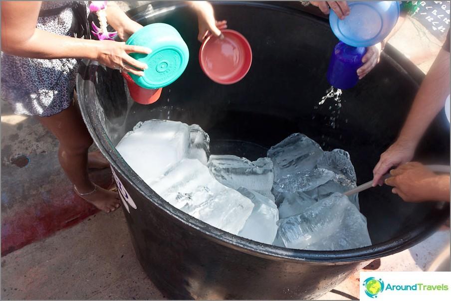 Monet laittavat jään tynnyreihin, jotta vesi on kylmempää ja rohkaisevampaa.