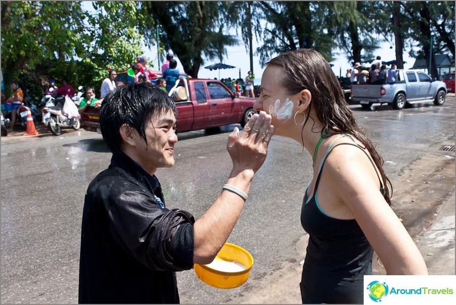Joten, Happy Songkran, lempeästi ja tuomitseen, levitä talkin posket