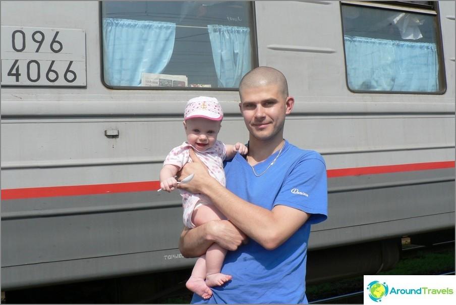 Kävele junapysäkin aikana, tytär kuusi kuukautta