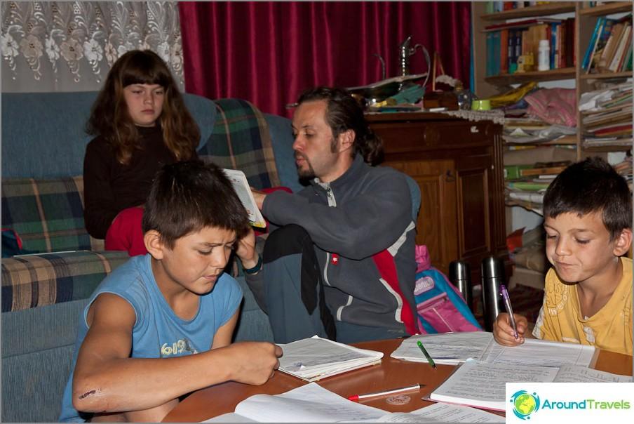 Oleg auttaa lapsia särkymään graniittitieteessä