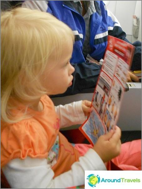 Tytär opiskelee evakuointisuunnitelmaa