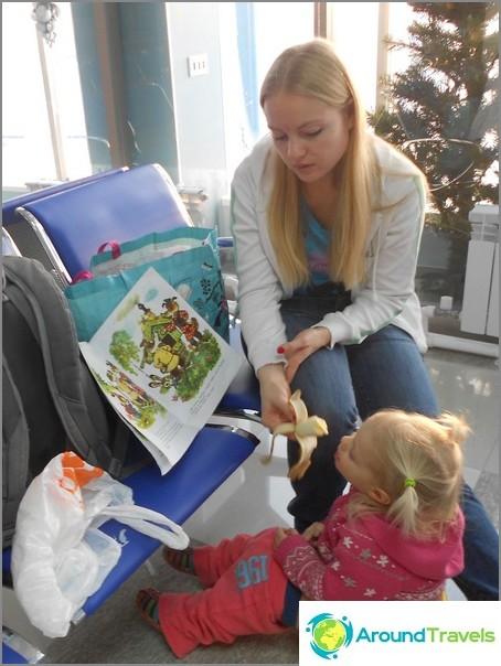 Kaikki kerralla: Ruokin ja luen sadun tyttäreni istuessa potissa