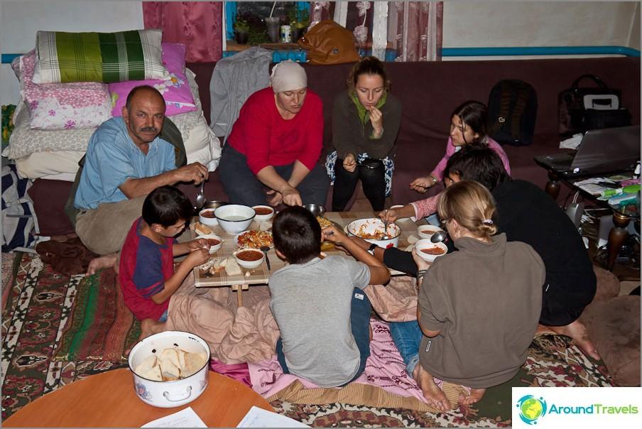 Tavallinen venäläis-turkkilainen illallinen miellyttävässä ympyrässä