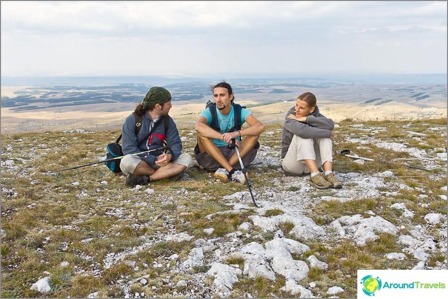 Istumme Kara-Tau-vuoren huipulla