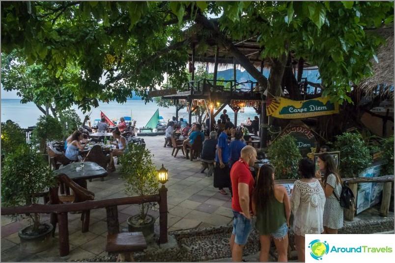 Carpe Diem -kahvila Phi Phi -saarella ja iltatulinäyttely