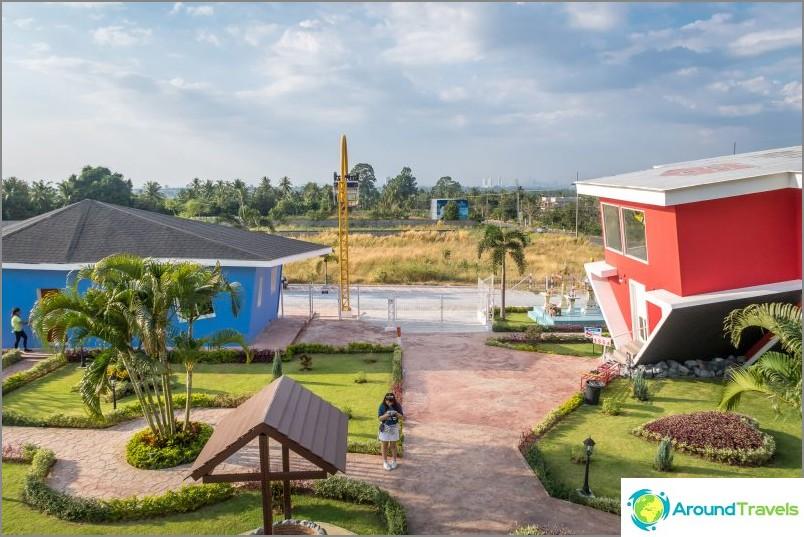 Käänteinen talo Pattayassa - vetovoima lapsille ja selfiesille
