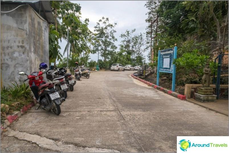 Вляво - паркинг отстрани на пътя, вдясно - началото на стълбите към пагодата