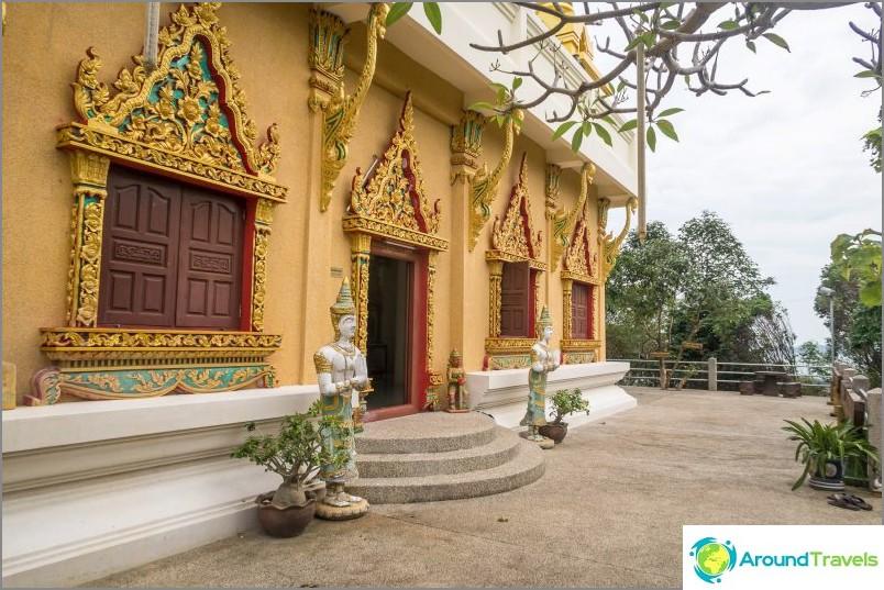Влизане на първото ниво на пагодата, пред стълбите трябва да свалите обувките си