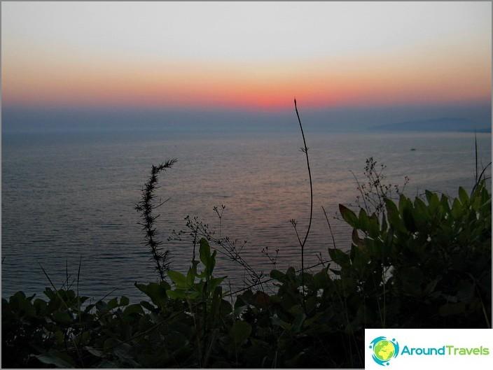 Musta meri auringonlaskun aikaan.