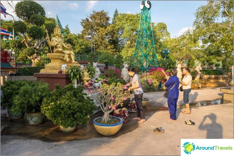 Малка градина в храма