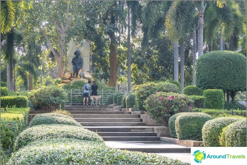 Veistoksia ja polkuja temppelikompleksissa