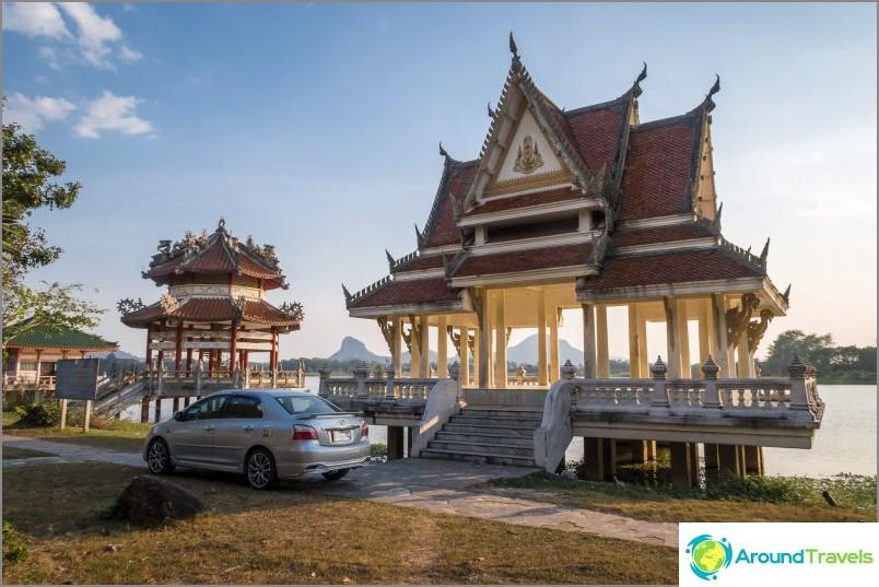 Paviljongit lampirannalla temppelikompleksin vieressä