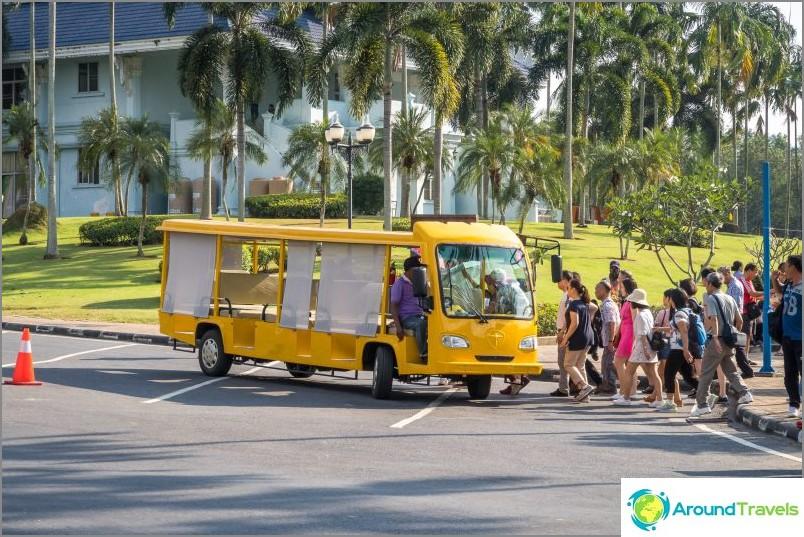Keltainen sähköauto turistiryhmille