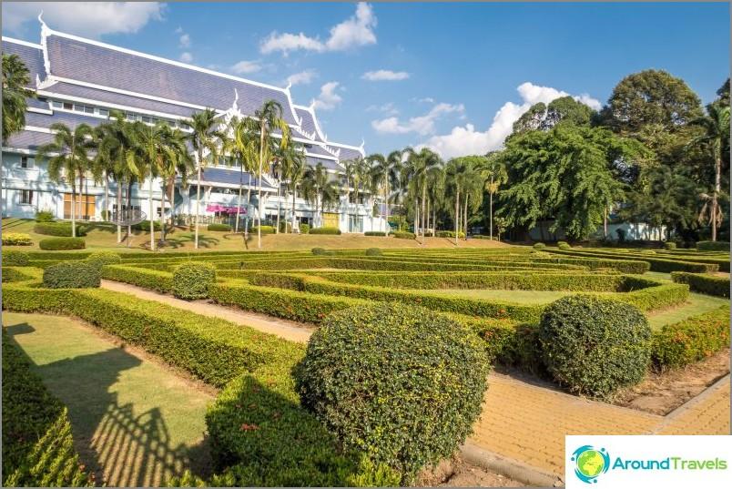 Vihreä ja hyvin hoidettu alue temppelien ympärillä