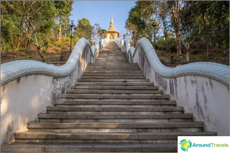 Portaat temppeliin Phra Mondop