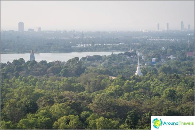 Näkymä Pattayasta ja temppelikompleksin alueelta Phra Mondopin temppelistä