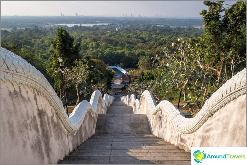 Wat Yan -temppeli Pattayassa - on parempi nähdä naapurimaiden Phra Mondop