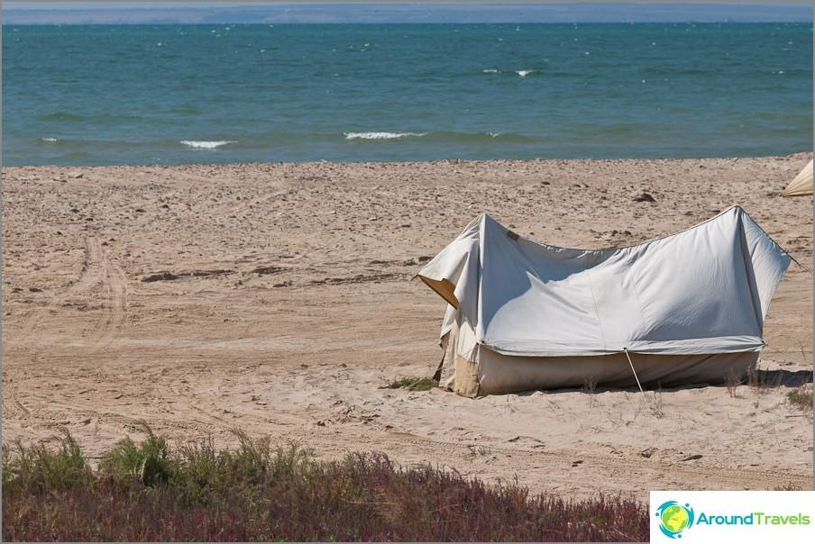 Teltat rantaan