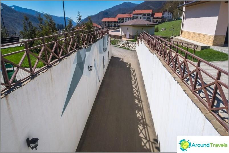 Мост над алеята за скейтъри.