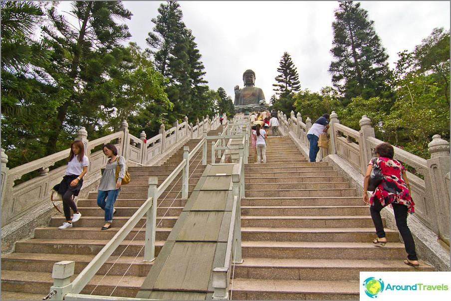 Pitkä portaikko isoon Buddhaan
