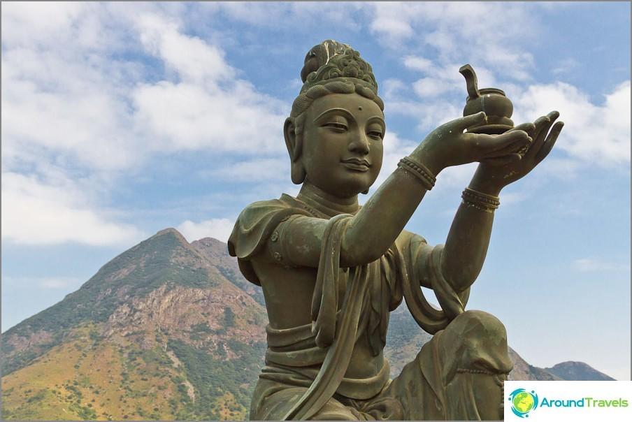 Ison Buddhan ympärillä on 6 neitsyt, jotka symboloivat buddhalaisen 6 ominaisuutta