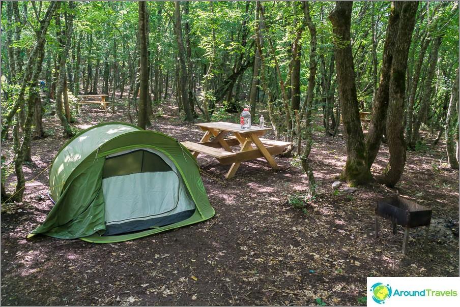 Teltani ja raivaaminen leirintäalueella