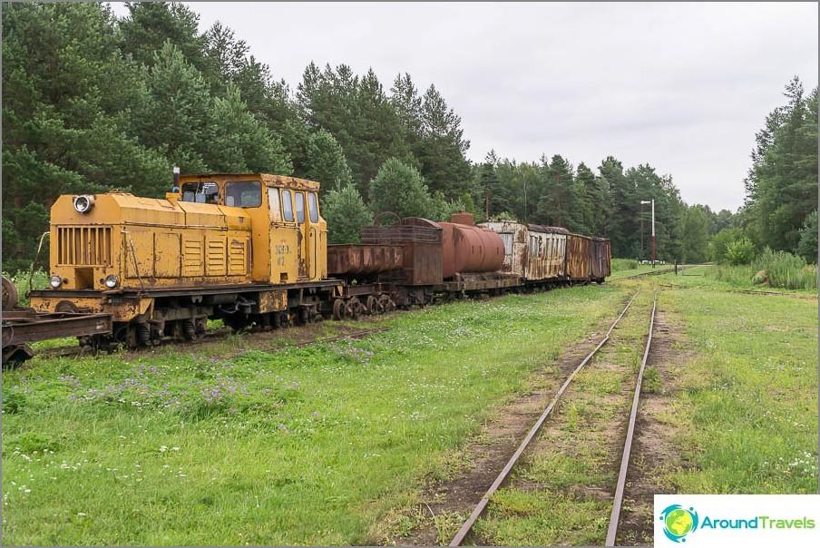 Kapearaiteinen rautatie menee etäisyyteen, pari kilometriä