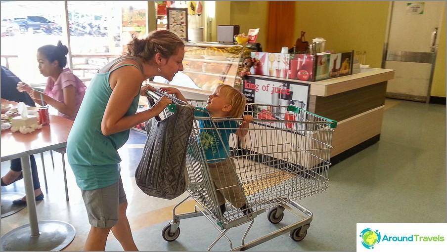 Me ratsastaa ostoskorissa