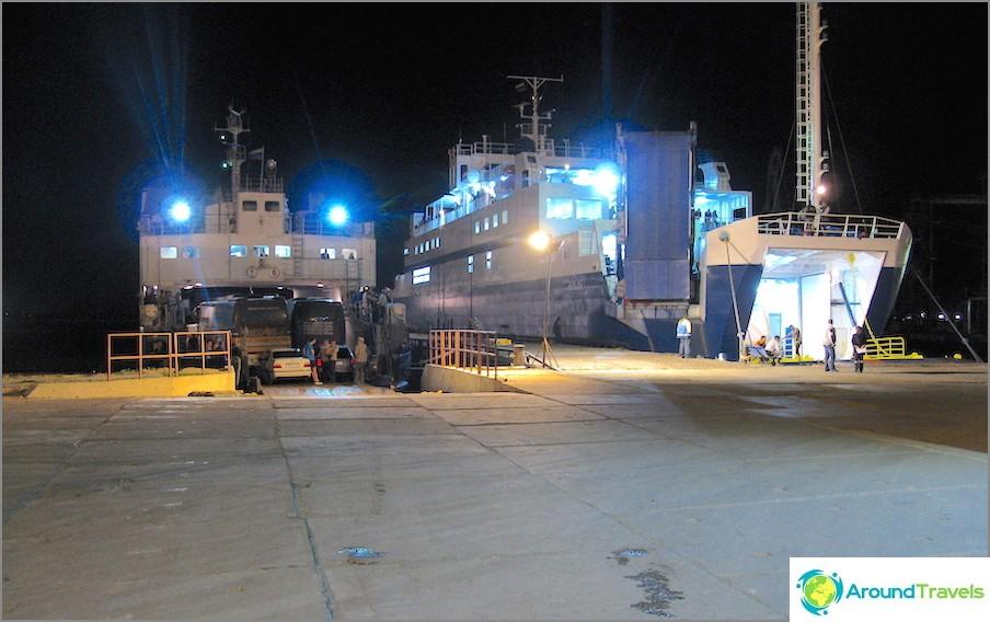 Kuormataan autoja laivalla Krimiin