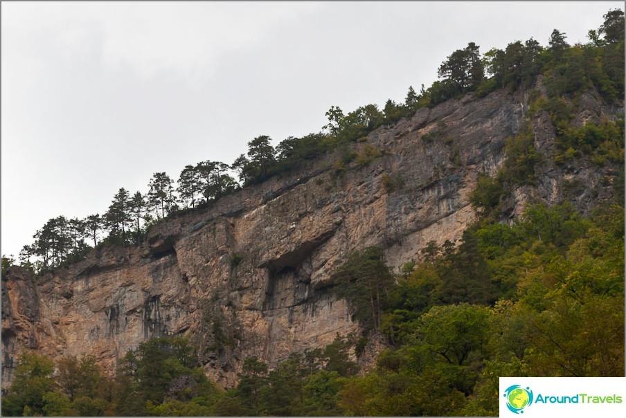 Noin pystysuorien kallioiden ympärillä