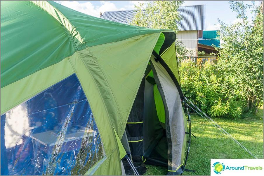 Над входа има козирка, но самата врата не се превръща в козирка, както в други палатки