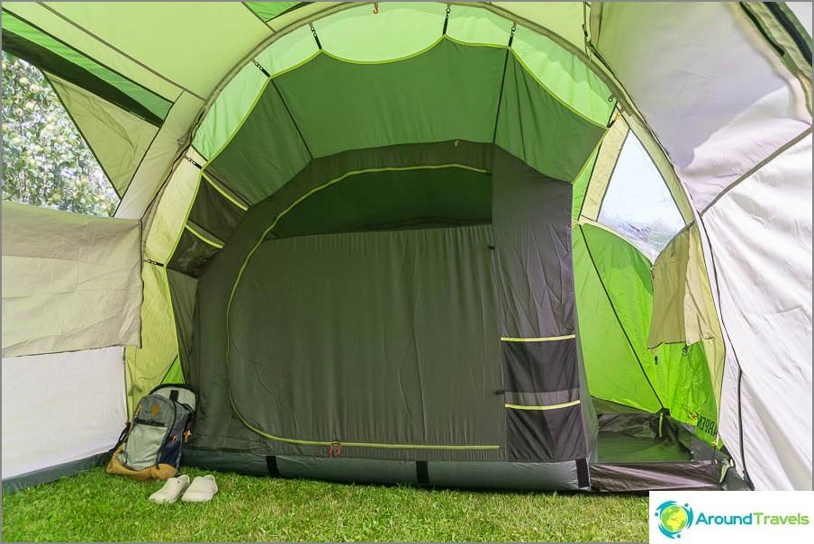 Едно от отделенията, вътрешна палатка
