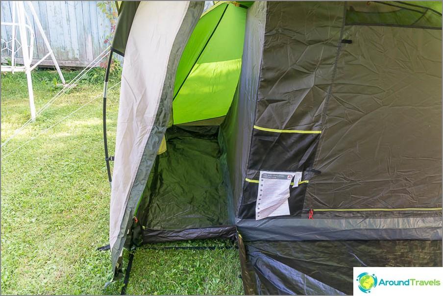 Отстрани на всяка вътрешна палатка има мини вестибюл