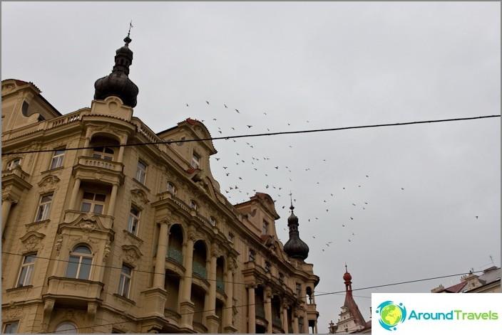 В Прага има много покриви с толкова малки кули.