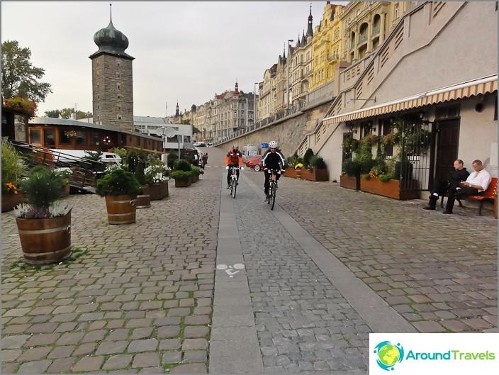 Велосипедни пътеки по насипа на река Вълтава в Прага
