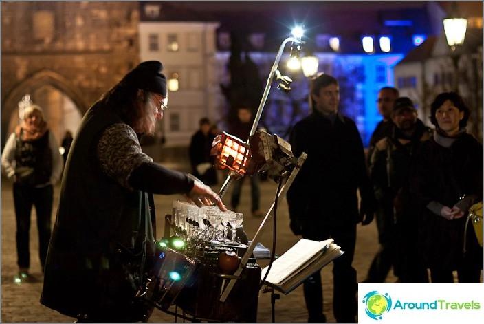 Невероятен чичо, който играеше на чаши с вода. Стара Прага, Карлов мост.